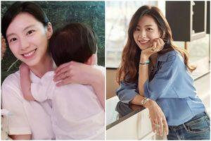 Lộ diện lần đầu sau khi sinh con thứ hai, vợ Bae Yong Joon bị chê già