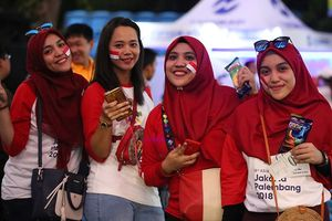 Thiếu nữ Indonesia khoe sắc đẹp trong ngày khai hội Asiad