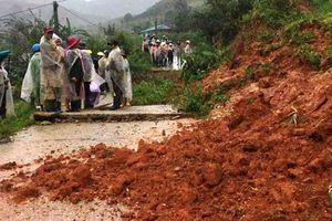 Kon Tum: Mưa lớn kéo dài, nhiều tuyến đường bị sạt lở nghiêm trọng