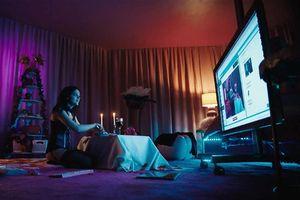 'Cam' - câu chuyện rùng rợn về những cô gái hành nghề dịch vụ sex trực tuyến