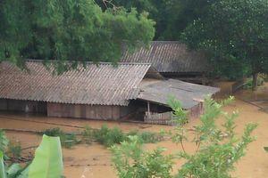 Nước lũ dâng cao tận nóc nhà, hàng nghìn hộ dân phải sơ tán