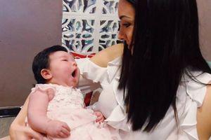 Hoa hậu Hoàn vũ Natalie Glebova cưng nựng con gái của siêu mẫu Hà Anh