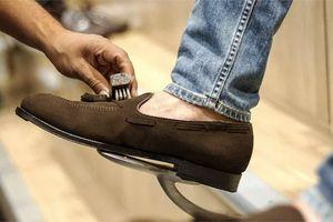 Cô gái xấu xí cúi người lau giày cho hội đồng phỏng vấn và bài học