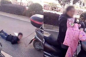 Phẫn nộ clip mẹ buộc con trai vào xe máy rồi kéo lê trên đường