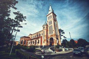 Đến Nhà thờ Con Gà Đà Lạt chiều mưa