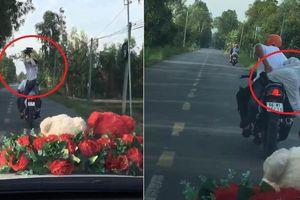 Clip: Thợ quay phim đám cưới ngồi ngược trên xe máy, hành nghề cực 'có tâm'