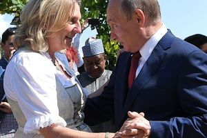 Cận cảnh TT Putin khiêu vũ 'hết mình' cùng Ngoại trưởng Áo