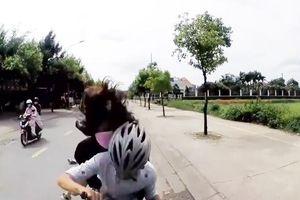 Tránh xe đánh võng, cặp đôi tông thẳng vào mũi ô tô
