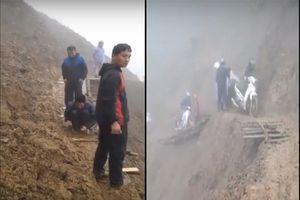 Sốc với hình ảnh giáo viên tự sửa đường cheo leo giữa vách núi đi 'gieo chữ'