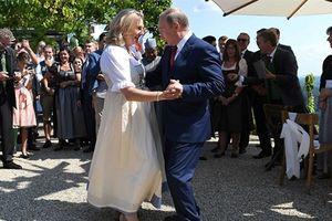 Ông Putin nhảy với ngoại trưởng Áo: Phương Tây nóng mặt