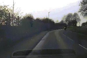 Anh: Khoảnh khắc hai tên trộm xe máy bị ngã, lao vào gầm ô tô