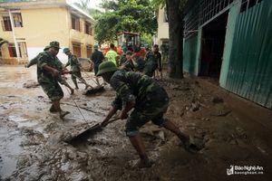 Kỳ Sơn: Đẩy bùn, giải phóng phòng học sau lũ để kịp ngày tựu trường