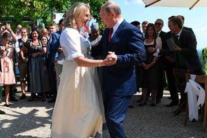 Tổng thống Putin trổ tài khiêu vũ trong đám cưới Ngoại trưởng Áo