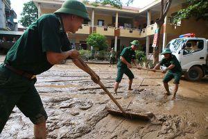 Nước lũ cuộn xiết cô lập 55 hộ dân tộc Khơ Mú ở Nghệ An