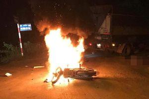 Va chạm với ôtô tải, xe máy cháy rụi, 1 người tử vong