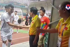 Clip: Bộ trưởng Nguyễn Ngọc Thiện xuống sân bắt tay chúc mừng các cầu thủ Olympic Việt Nam