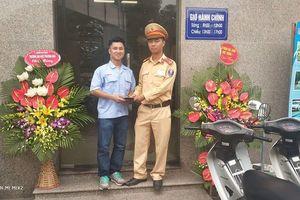 Hà Nội: Cảnh sát giao thông trả lại hơn 20 triệu cho người dân đánh rơi
