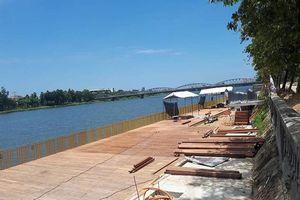 Đường đi bộ gỗ lim ở Huế xuất hiện nhiều vết nứt