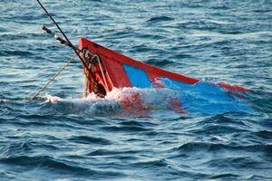 Tàu cá Bình Định bị tàu chưa rõ tung tích đâm chìm trên biển