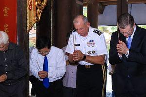 Đại tướng Mỹ thăm đền thờ Hai Bà Trưng