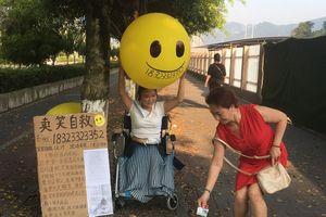 Cô giáo bán nụ cười với hy vọng có thể sinh tồn