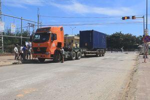Va chạm với xe container, người phụ nữ chết trên đường đi chợ về