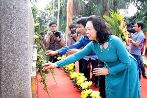 Dâng hoa tưởng niệm 130 năm ngày sinh Chủ tịch Tôn Đức Thắng