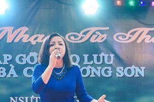 NSƯT Tố Nga nghẹn ngào hát trên quê hương chị Cúc