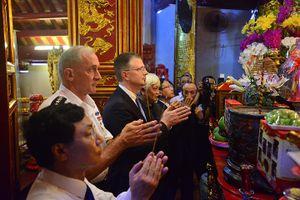 Tư lệnh Lục quân, Đại sứ Hoa Kỳ thăm và dâng hương tại đền Hai Bà Trưng