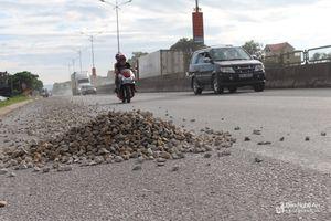 Quốc lộ 1A đầy đá dăm rơi vãi