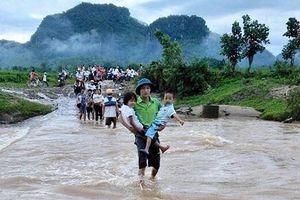Học sinh ở huyện miền núi Nghệ An tựu trường trong cảnh ngập lụt