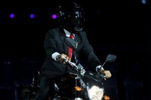 Hình ảnh Tổng thống Indonesia lái xe phân khối lớn gây tranh cãi