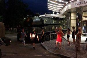 Xe chở tên lửa của Ukraine lao thẳng vào trung tâm thương mại