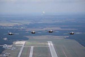 Dàn F-22 Raptor tành hình của Mỹ phô diễn sức mạnh ở Ba Lan