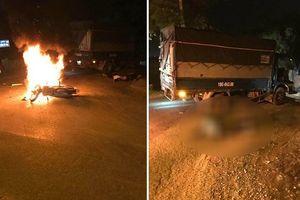 Xe máy cháy dữ dội khi va chạm với xe tải, 2 anh em sinh đôi thương vong
