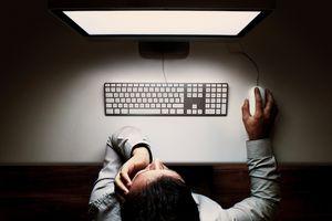 Ánh sáng xanh từ màn hình có thực sự làm hỏng mắt chúng ta?