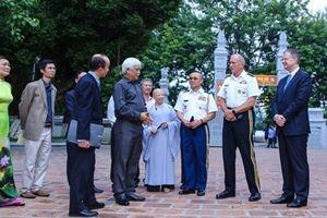 Đại tướng Hoa Kỳ thăm đền Hai Bà Trưng và ca ngợi quân đội Việt Nam