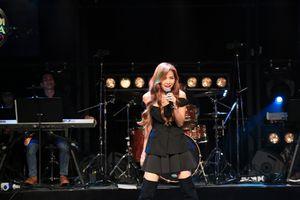 Phương Trinh Jolie mặc áo hở vai, bùng cháy tại Hàn Quốc