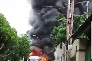 Xe khách cháy ngùn ngụt ở Tân Phú, người dân náo loạn