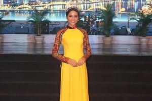 Hoa hậu H'Hen Niê đọ dáng với Hoa hậu Đỗ Mỹ Linh trong tà áo dài duyên dáng