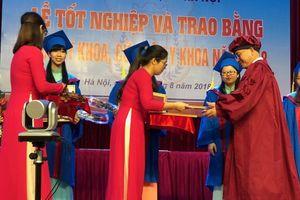 Hàng trăm tân bác sĩ hô vang 'xin thề' trong lễ tốt nghiệp