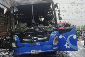 Xe khách giường nằm cháy trơ khung ở TP HCM