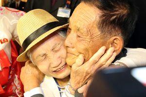 Mừng mừng tủi tủi ngày đoàn tụ sau hơn 60 năm người Bắc kẻ Nam