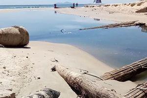 Đà Nẵng: Thực hư việc 'đắp đập' ở cổng xả, gây tan hoang bãi biển