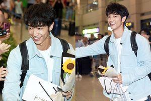 Hàng trăm fan cùng truyền thông Hàn Quốc đón 'Bạn trai quốc dân' Lưu Dĩ Hào của 'Thanh xuân ơi chào em' tại sân bay