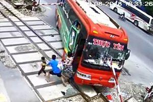 Hàng chục phụ nữ trẻ em hoảng loạn trên xe khách bị gác chắn tàu hỏa xuyên thủng kính
