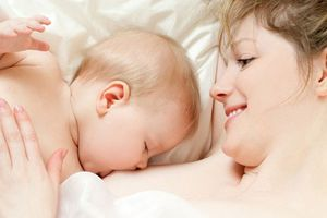Lợi ích của tiếp xúc 'da kề da' ngay sau sinh giữa mẹ và bé