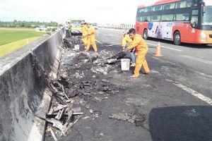 Xe container bốc cháy trên cao tốc TP.HCM - Trung Lương