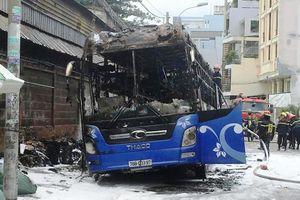 Xe khách đang đậu bốc hàng bất ngờ bốc cháy ngùn ngụt ở Sài Gòn