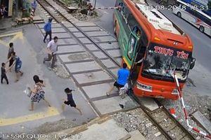 Thanh Hóa: Xe khách lao vào gác chắn tàu hàng chục hành khách hú vía